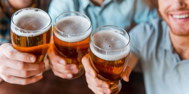 Lange werkdagen leiden tot meer drankgebruik
