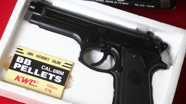 Politie houdt jongen van veertien jaar met balletjespistool onder schot