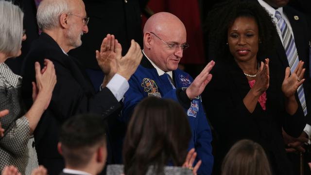 Recordastronaut Scott Kelly zwaait af bij NASA