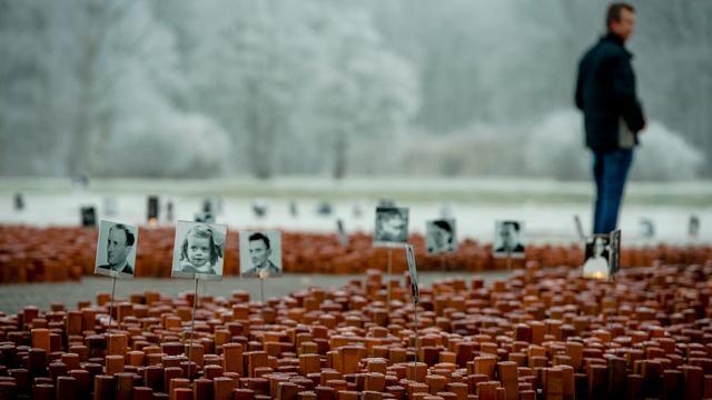 Van Rijn en Bosniërs lezen namen Westerbork voor