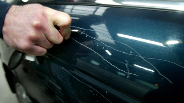 Man bekrast tweehonderd auto's in Duitsland