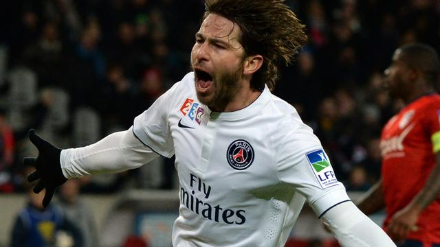 Maxwell verlengt aflopend contract bij PSG met een jaar
