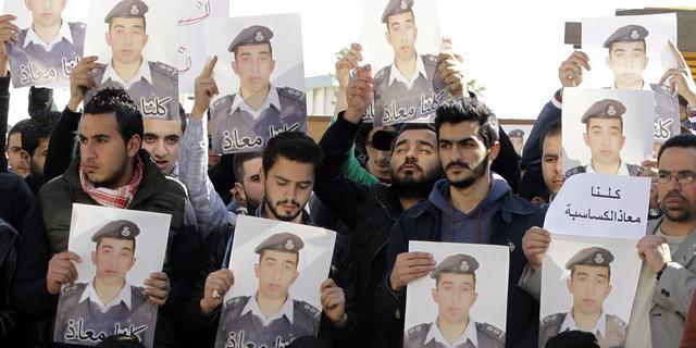 IS claimt met video Jordaanse piloot levend te hebben verbrand
