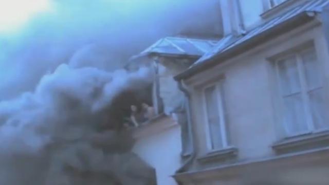 Brandweer redt acht mensen uit brandende flat in Parijs