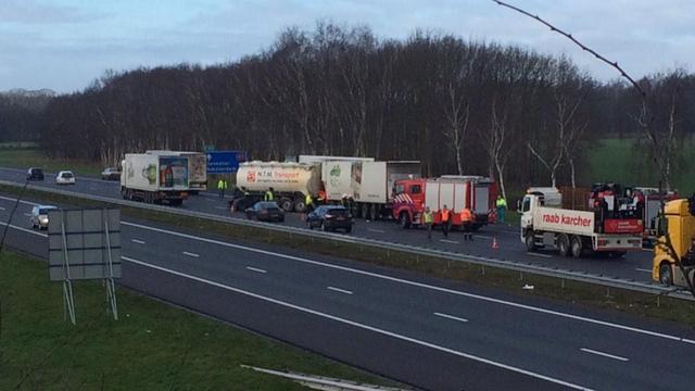 A1 bij Markelo dicht vanwege groot ongeluk met meerdere voertuigen