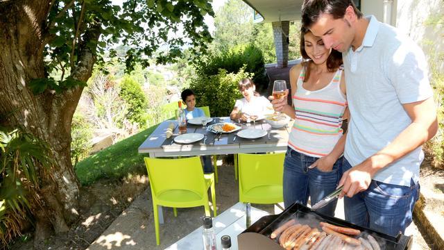 Helft Nederlanders kookt op vakantie om kosten te besparen