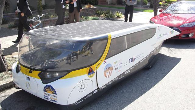 Studenten Eindhoven winnen 'technologieoscar' voor gezinsauto op zonne-energie