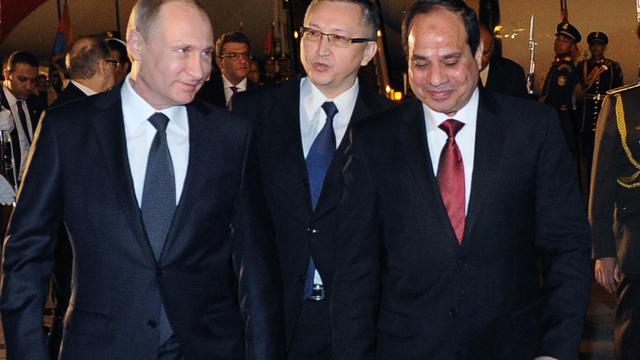 Poetin doet Egyptische president al-Sisi kalasjnikov cadeau