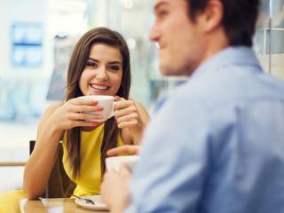 Studie verklaart waarom mensen blik vaak afwenden in gesprek