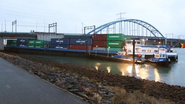 Vastgelopen containerschip losgetrokken onder spoorbrug Beveland