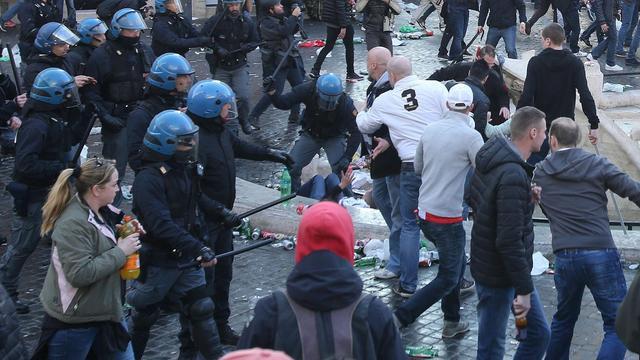 Kamer wil Feyenoord-hooligans ook in Nederland aanpakken