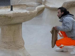 Omgeving kunstwerk van Bernini afgezet om ontbrekende stukjes marmer te zoeken