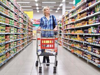Te veel inkopen is een van de grootste oorzaken van voedselverspilling. Minder weggooien begint dus al in de supermarkt.