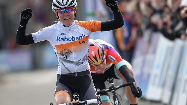 Van der Breggen verslaat Van Dijk bij Omloop voor vrouwen