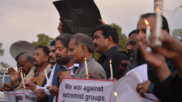 Duizenden mensen de straat op na aanslagen op kerken Pakistan