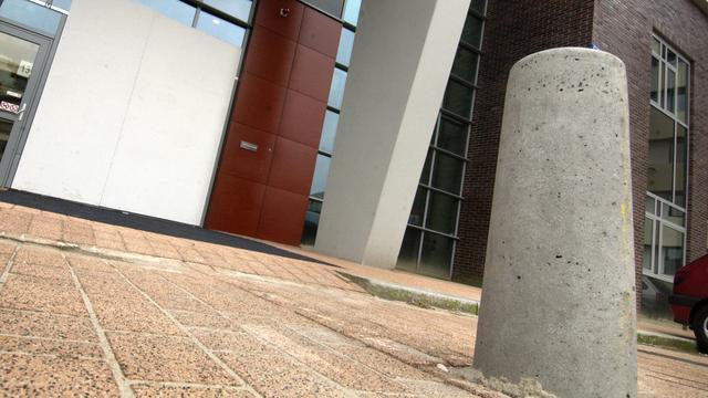 Beschonken bestuurder rijdt tientallen paaltjes uit de grond in Breda