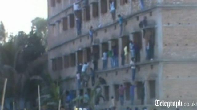 Ouders beklimmen gebouw om scholieren te helpen spieken