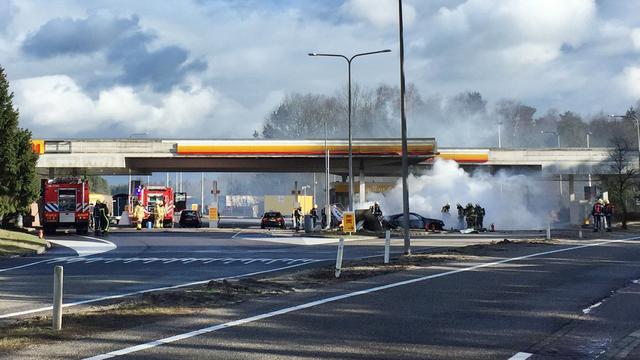Twee gewonden door grote brand in tankstation langs A1