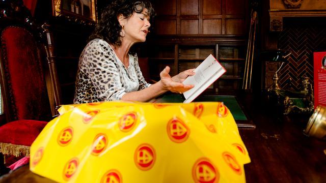 Sinterklaasjournaal beboet om aandacht voor 'eigen' inpakpapier en staf