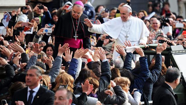 Paus Franciscus bezoekt maffiawijk in Napels