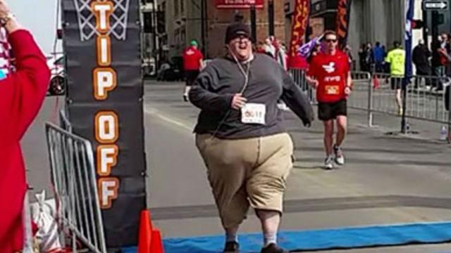 Man van 260 kilo loopt 5 kilometer bij loopwedstrijd