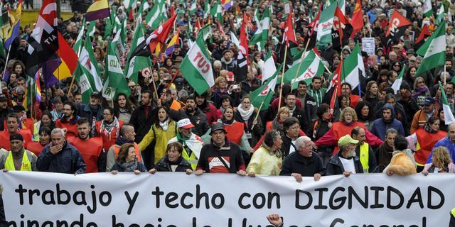 Duizenden Spanjaarden demonstreren tegen regering