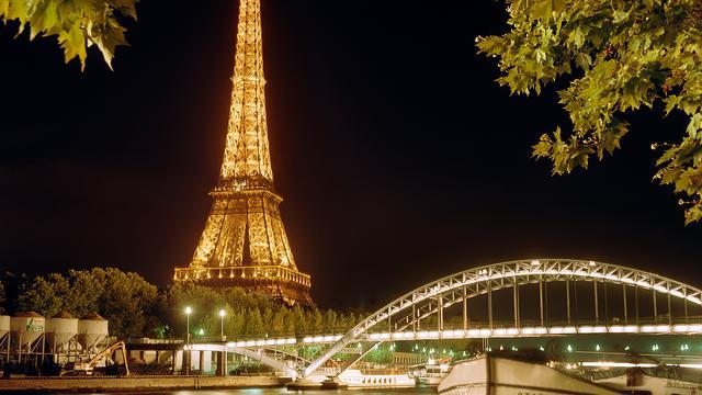 rotterdams bedrijf verlicht eiffeltoren tijdens earth hour