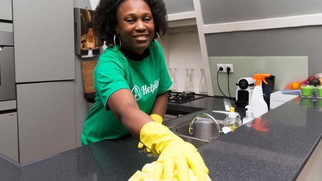 FNV klaagt schoonmaakapp Helpling aan om schijnzelfstandigheid