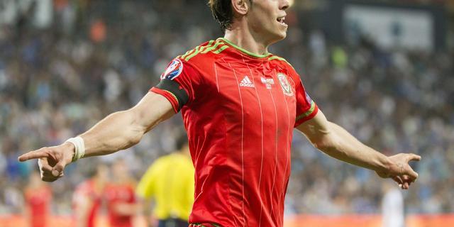 Bale neemt criticasters met 'korreltje zout'