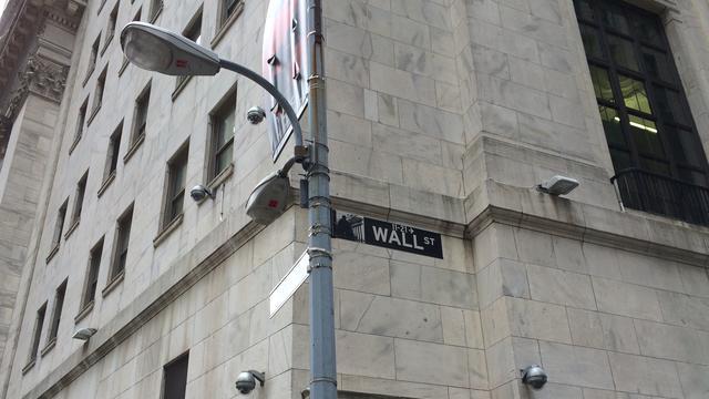 Koersborden Wall Street kleuren rood
