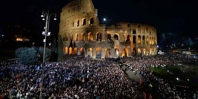 Tienduizenden mensen in Colosseum bij herdenking lijden Christus