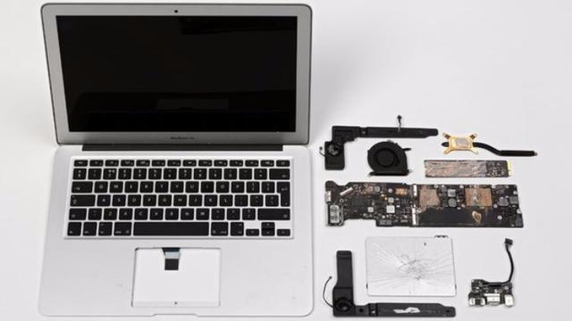 Kapotgeslagen laptop met Snowden-bestanden tentoongesteld
