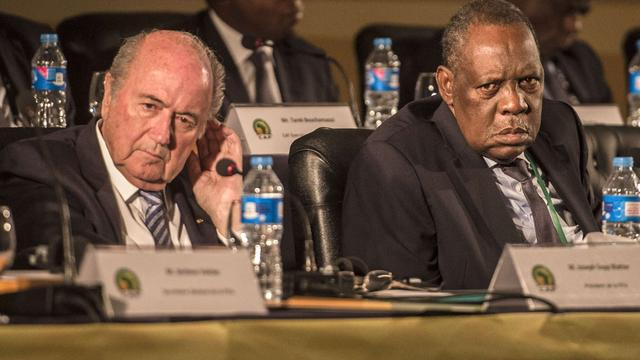 Hayatou neemt taken Blatter over bij FIFA