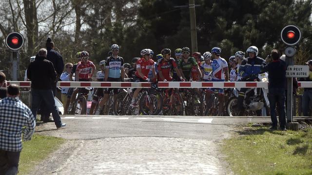 Deel peloton negeert spoorbomen tijdens Parijs-Roubaix