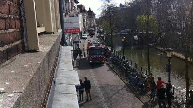 Dak bedrijfspand korte tijd in brand op Oudegracht