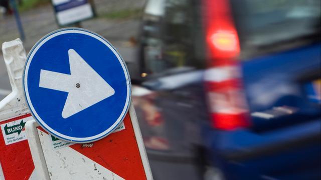 Hessenweg bij Ommen afgesloten om gesprongen waterleiding