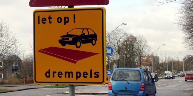 Gemeente Leiden haalt nieuwe drempels in Herenstraat weer weg