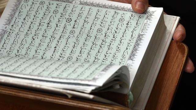 Raad wil onderzoek naar 'oorvijgen en stokslagen' tijdens Koranlessen