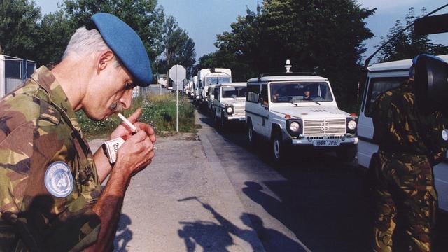 'Minister van Defensie Voorhoeve hield luchtsteun Srebrenica tegen'