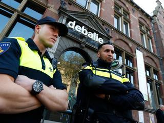 Deense cartoonist arriveerde met vijf bodyguards