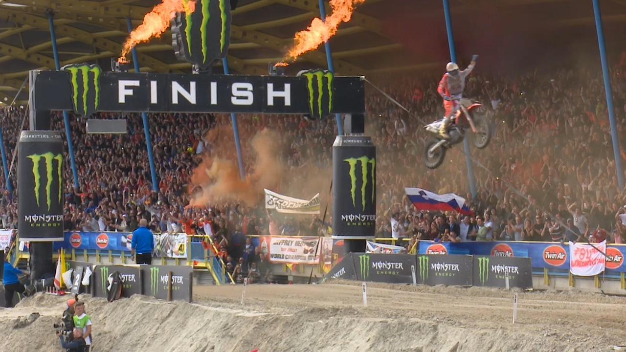 Herlings vliegt over finish bij motorcross-GP
