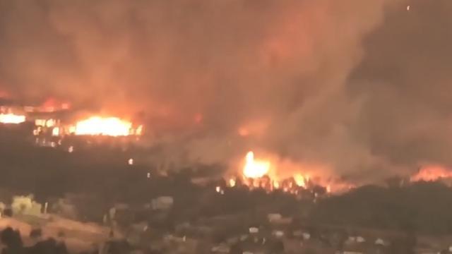 Vuurkolk verwoest gebied tijdens natuurbrand in Californië