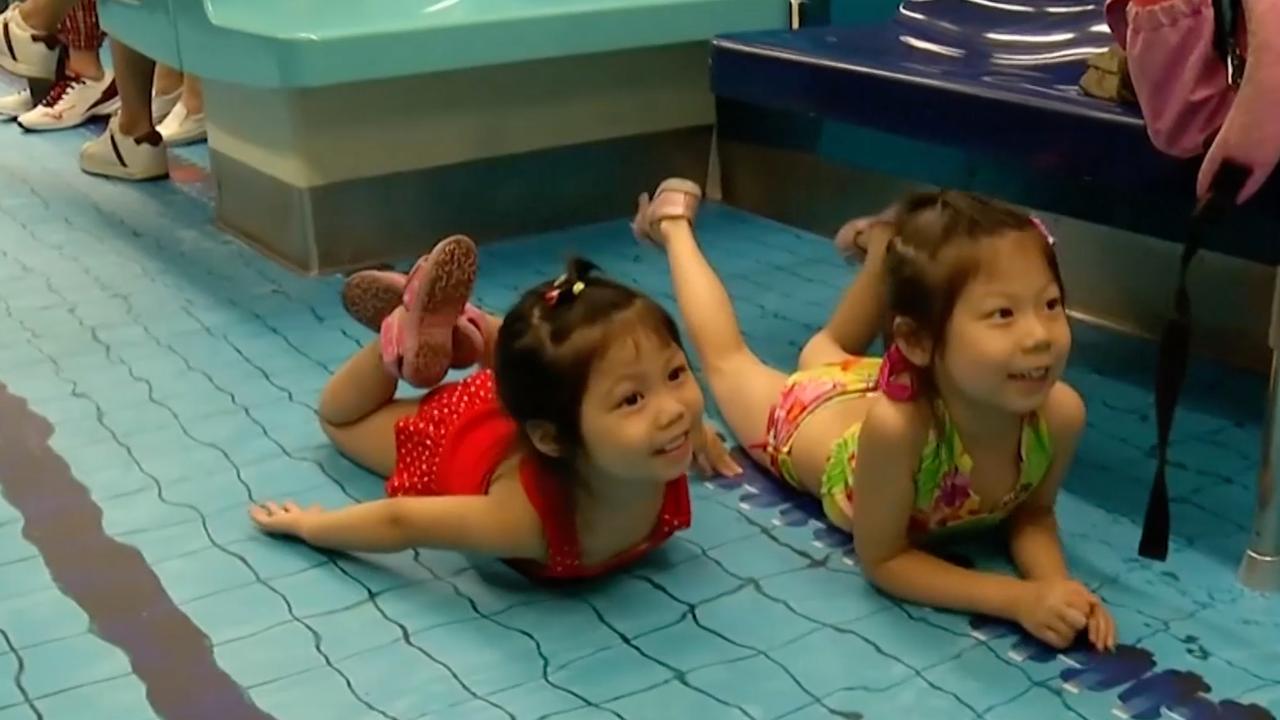 Reizigers 'zwemmen' op metrovloer in Taipei