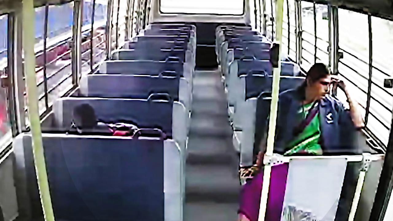 Scholier en begeleider vliegen door bus tijdens crash in India