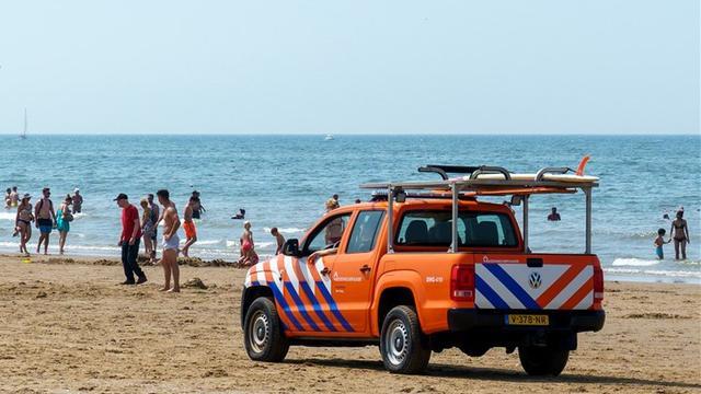 Fietser gereanimeerd op het strand bij Bloemendaal aan Zee