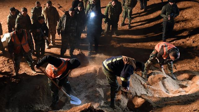 Twee massagraven met tientallen lichamen gevonden in Syrische Raqqa