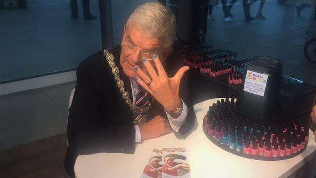 Burgemeester Utrecht lakt nagels voor inzamelingsactie Tijn