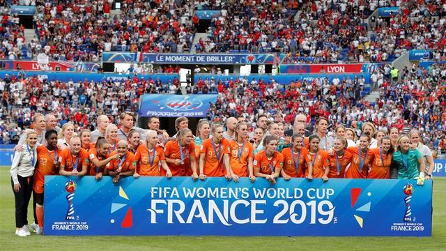 De Oranjevrouwen gaan op de foto met de zilveren WK-medaille. (Foto: Pro Shots)