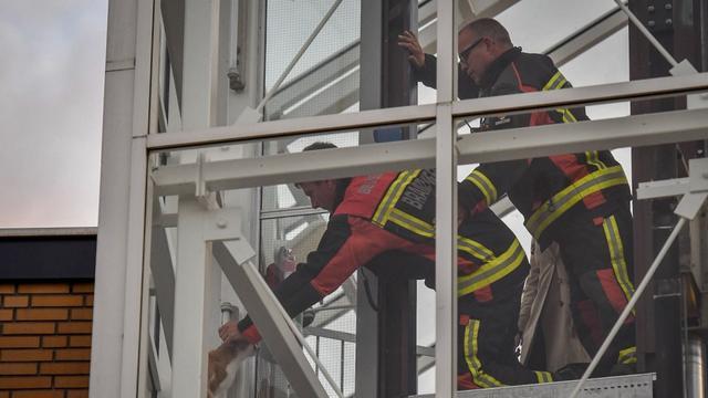 Brandweer redt kat uit lift op de Evenaar