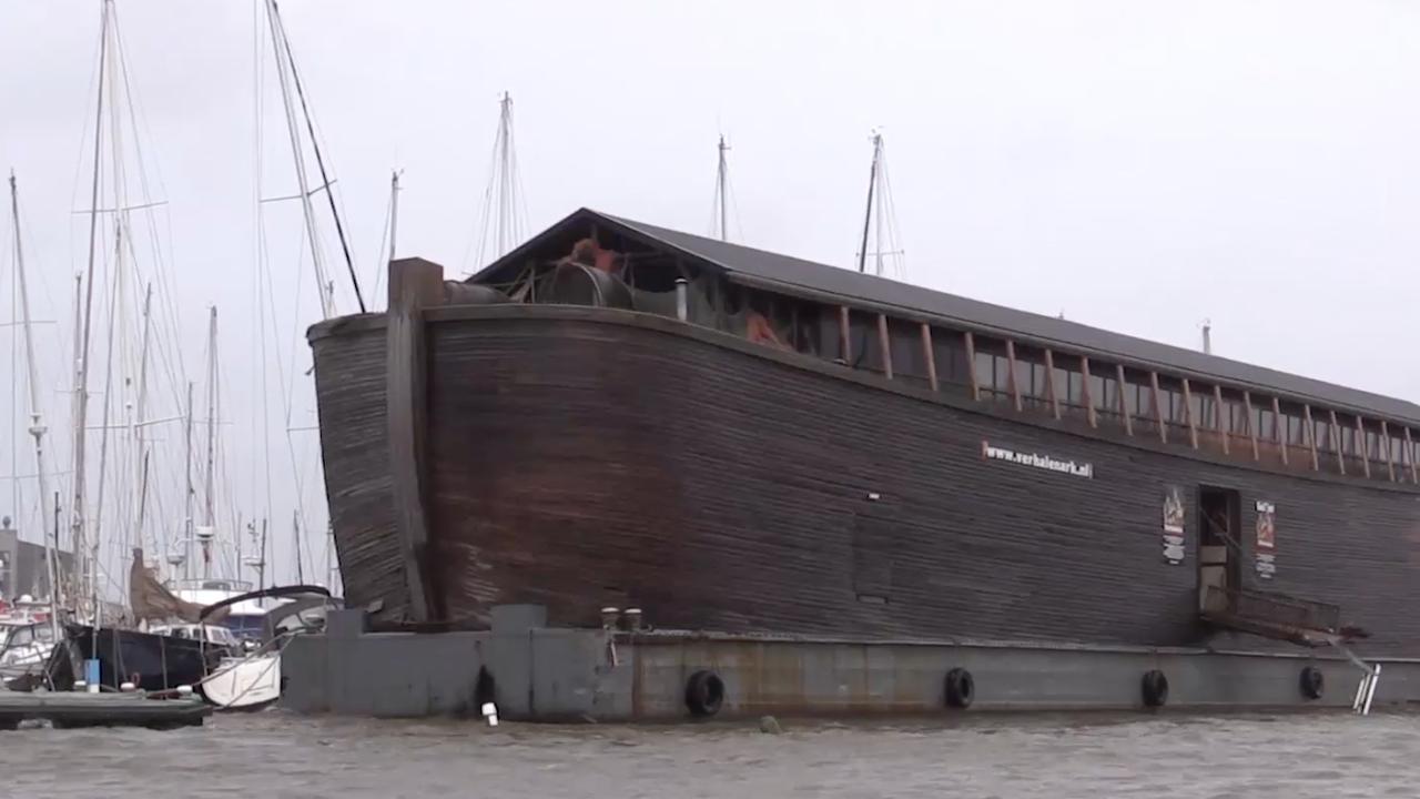 Replica ark van Noach losgeslagen bij Urk